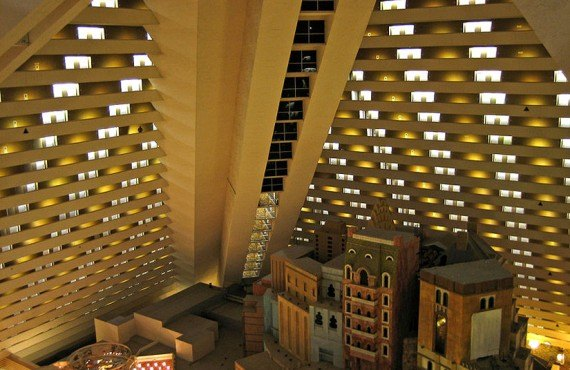2-hotel-luxor-lobby