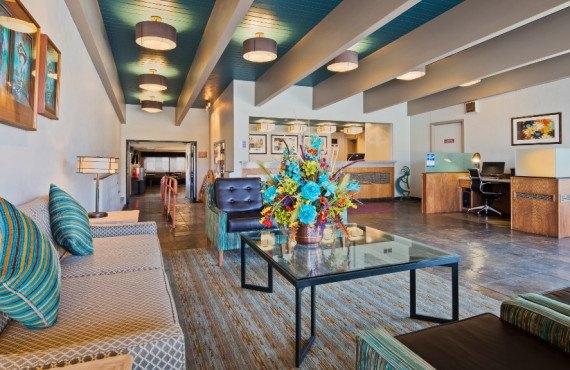 BW-Turquoise-Lobby