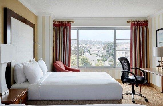 Chambre 2 lits, vue sur la ville