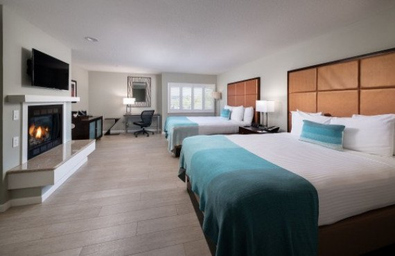 3-2-queen-beds-with-fireplacejpeg.jpg
