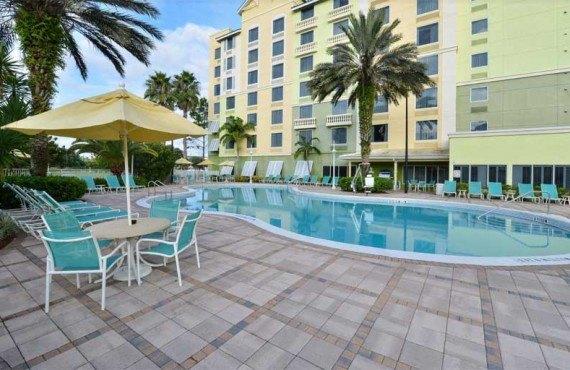 Comfort-Suites-Maingates-East-Miami-Piscine