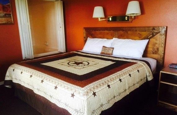 Broken Spur Inn - Chambre lit King avec bain à remous