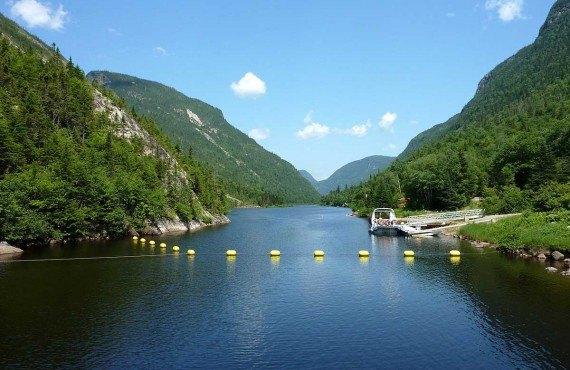 Bateau-mouche dans les Hautes-Gorges de la rivière Malbaie