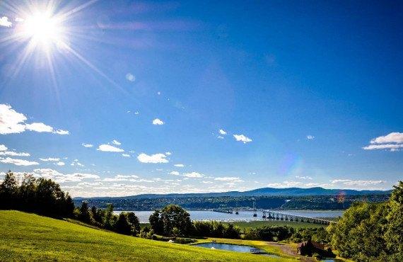 Le pont de l'île d'Orléans et vue sur la ville de Québec