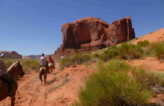 3-equitation-monument-valley.jpg