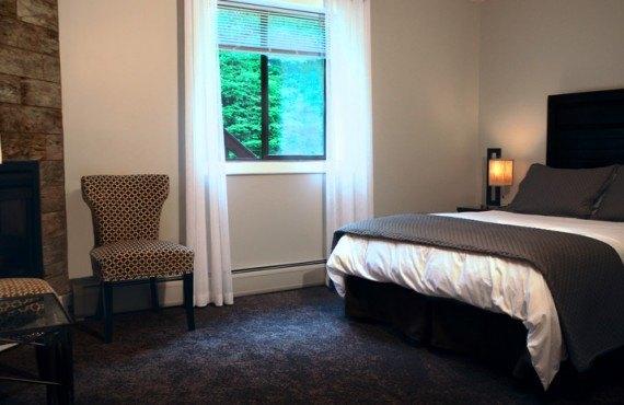 Snowed Inn - Chambre lit Queen avec foyer
