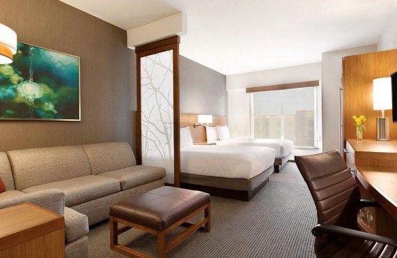 Chambre 2 lits Queen et sofa-lit