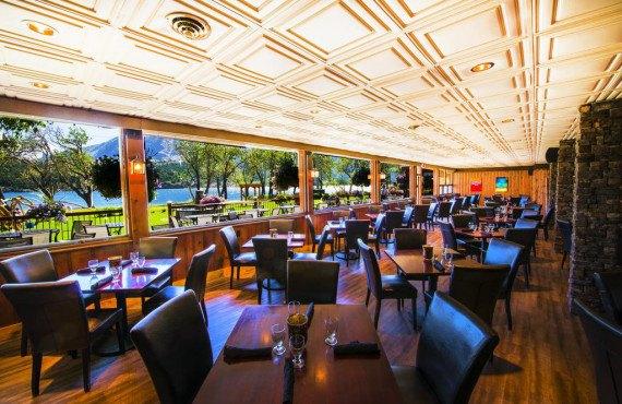 Restaurant avec vue sur le lac