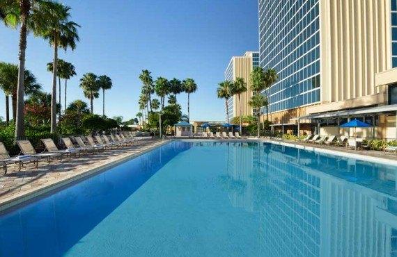 DoubleTree by Hilton Universal - Piscine extérieure