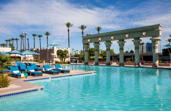6-hotel-luxor-pool