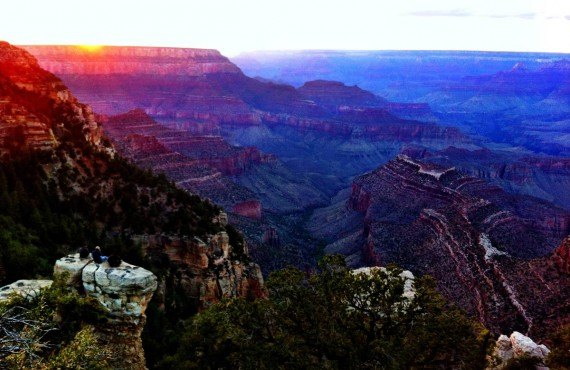 La nuit tombe sur le Grand Canyon