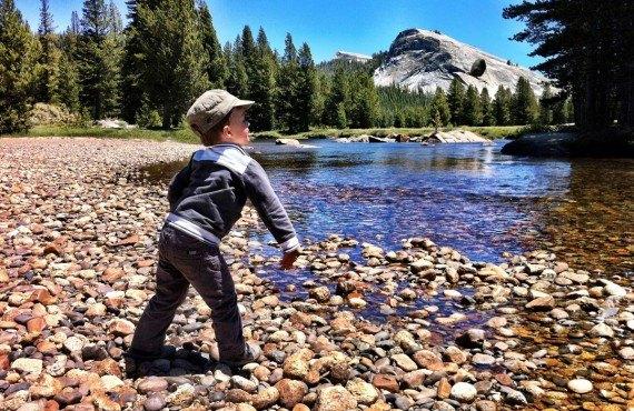 Des roches dans l'eau dans la Tuolumne Meadows