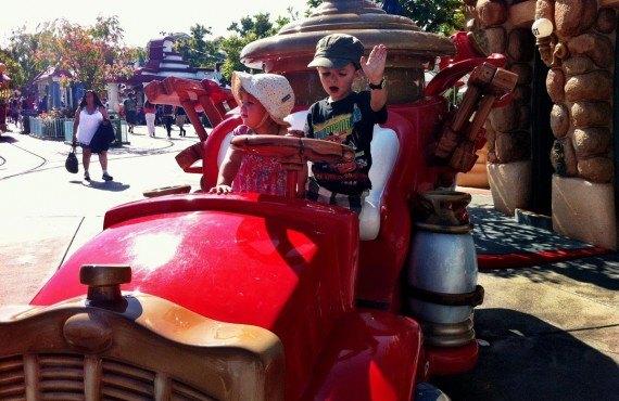 Petit tour de camion de pompier à Disneyland