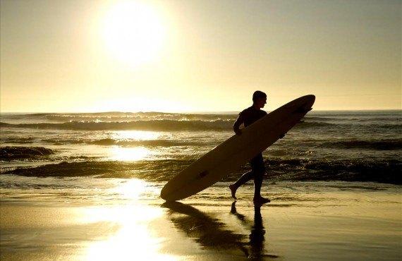 Surfer sur les plages de la Californie