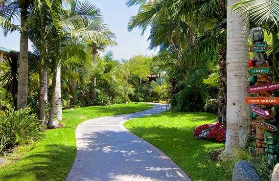 Jardin tropical qui mène à la plage