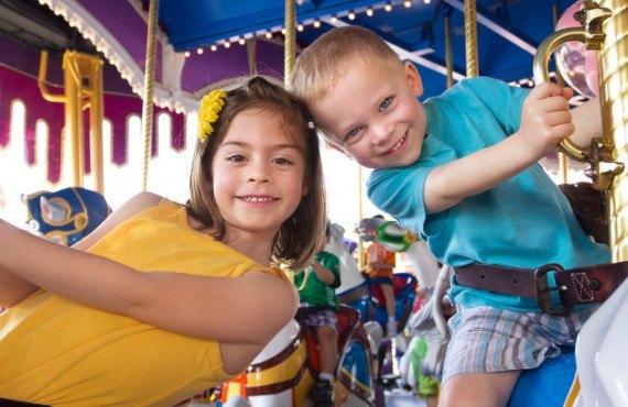 Enfants qui s'amusent à Disneyland