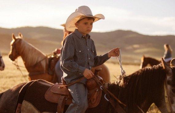 Enfant dans un ranch de l'Ouest américain