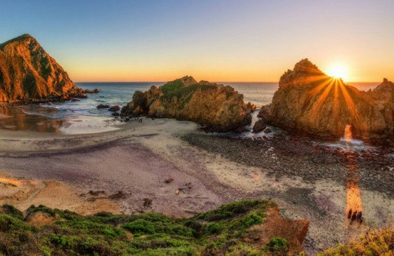 Vue sur Pfeiffer Beach en Californie au coucher du soleil