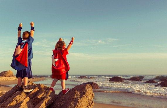 Frère et soeur à la plage en Californie