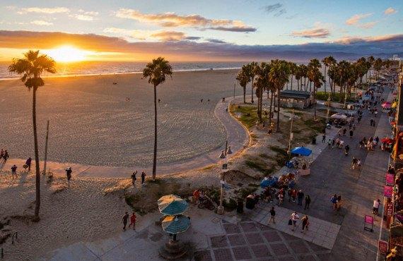 Coucher de soleil sur le boardwalk de Venice Beach