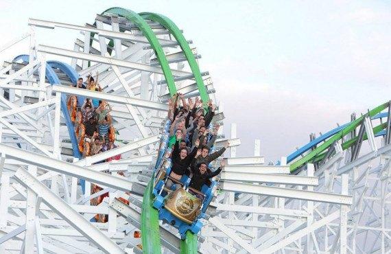 Montagne russe au Six Flags Magic Mountain à Los Angeles
