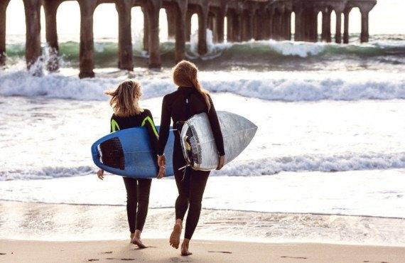 Deux jeunes surfeuses à Los Angeles