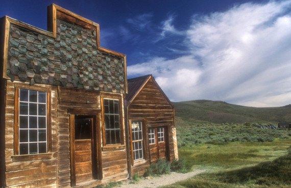 Anciens bâtiments à Bodie dans l'Ouest américain