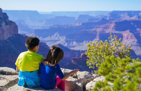 Jeunes enfants en voyage dans le parc national du Grand Canyon