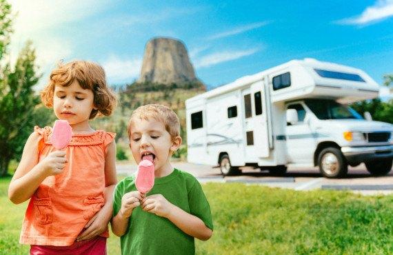 Enfants devant un camping-car aux États-Unis