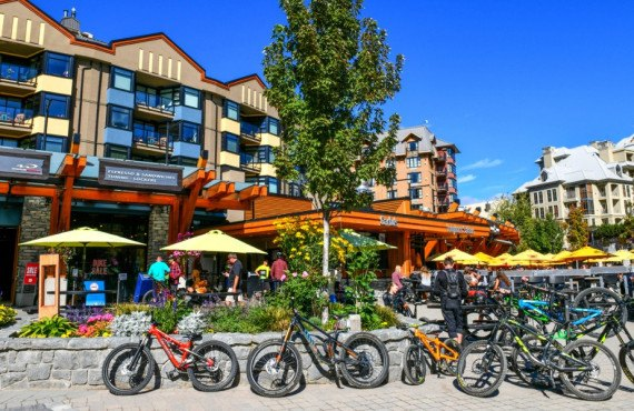 Vélos de montagne dans le village de Whistler