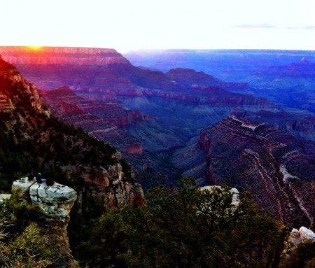 La nuit tombe sur le Grand Canyon