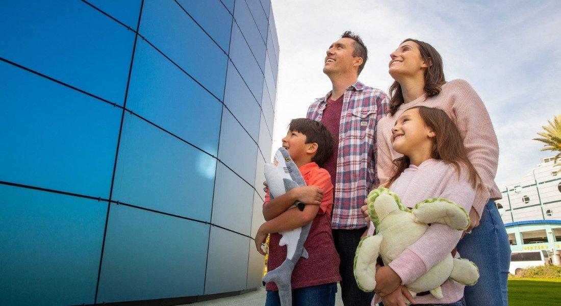 Famille à l'aquarium de Los Angeles