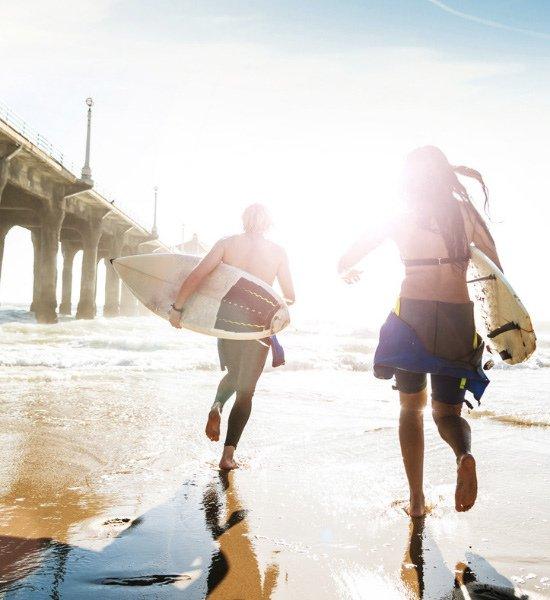 Surfeurs sur la plage de Manhattan