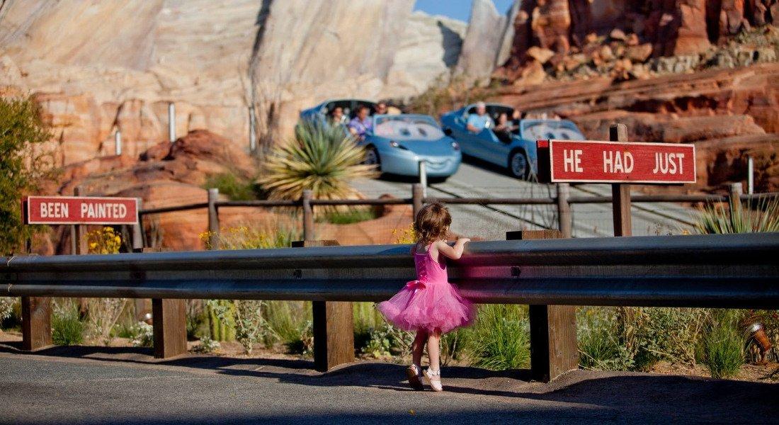 Petite fille à Cars Land à Disney California Adventure Park