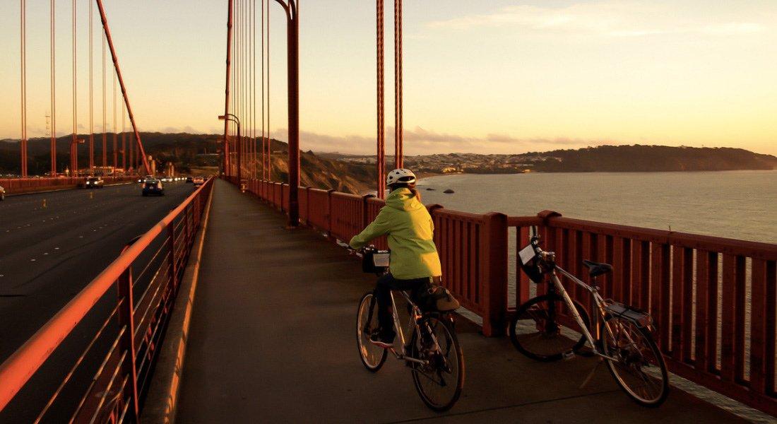 Touriste qui traverse le Golden Gate Bridge en vélo