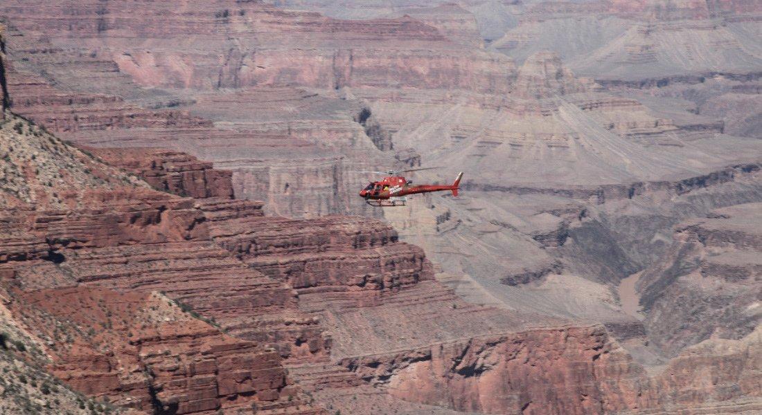Hélicoptère rouge au coeur du Grand Canyon