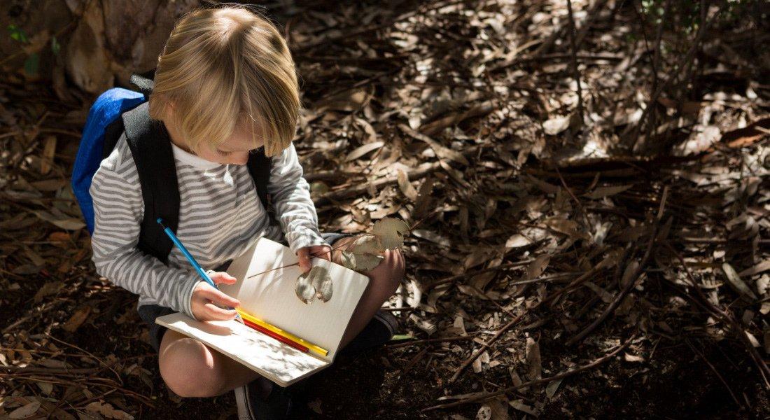 Enfant qui écrit dans un journal de voyage aux États-Unis