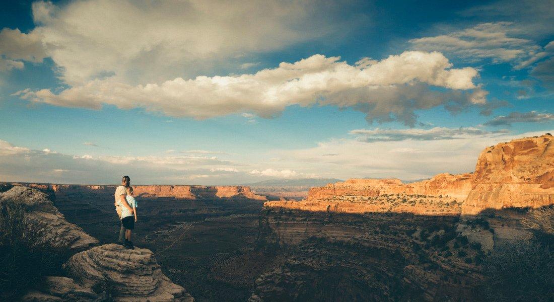 Père et fils en voyage au parc national de Canyonlands