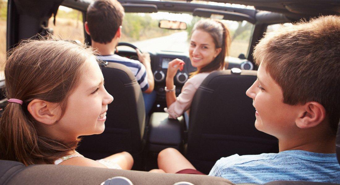 Enfants qui s'amusent en voiture