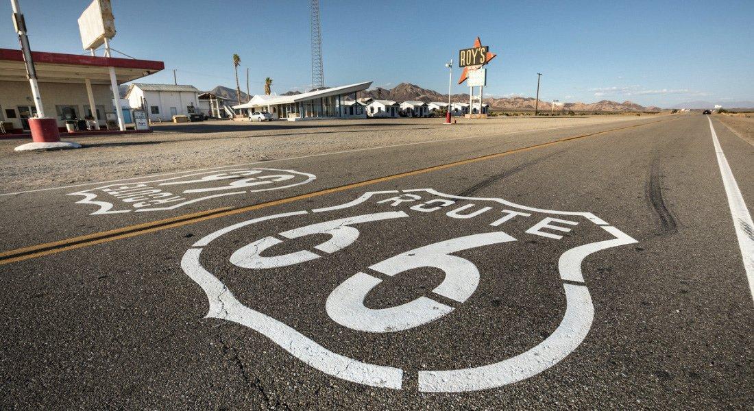 Signe de la Route 66 sur l'asphalte