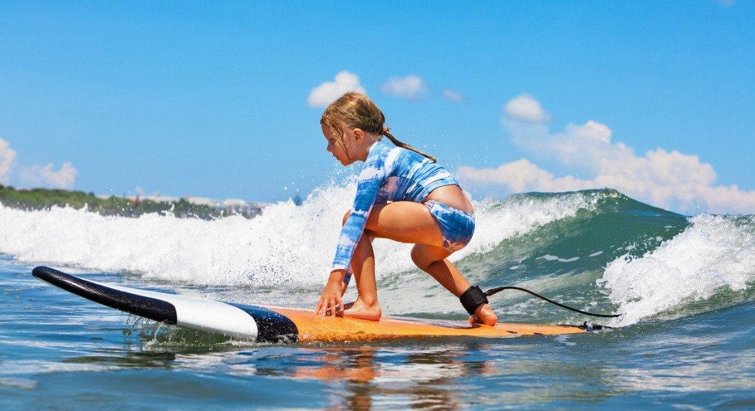Jeune surfeuse à Los Angeles