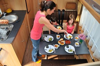 Literie et equipement de cuisine dans les camping-cars