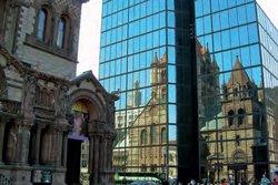 Reflet de Trinity Church sur la Hancock Place