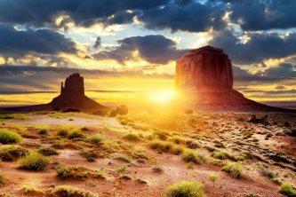 La nuit tombe sur Monument Valley