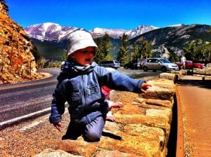 Noah est heureux que la grande route soit enfin terminée.